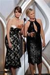 La emisión el domingo de la 70ª edición de los Globos de Oro logró su mejor audiencia en seis años, superando a otras entregas de premios como los Emmy y los People's Choice, según dijo el lunes NBC. En la imagen, las presentadoras Tina Fey (a la izquierda) y Amy Poehler bromean sobre el escenario en la gala de los Globos de Oro, en Beverly Hills, el 13 de enero de 2013. REUTERS/Paul Drinkwater/NBC/Handout ESTA IMAGEN HA SIDO PROPORCIONADA POR UN TERCERO. REUTERS LA DISTRIBUYE, EXACTAMENTE COMO LA RECIBIÓ, COMO UN SERVICIO A SUS CLIENTES. SÓLO PARA USO EDITORIAL, NI VENTAS NI ARCHIVOS NI PARA SU VENTA PARA CAMPAÑAS DE MARKETING O PUBLICIDAD.