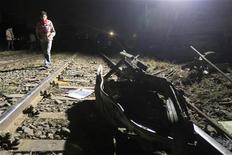 Обломки военного поезда на рельсах недалеко от города Гиза 15 января 2013 года. Девятнадцать человек погибли и 107 пострадали в результате крушения в пригороде Каира военного поезда, перевозившего новобранцев в армейский лагерь, сообщил пресс-секретарь министерства здравоохранения Египта. REUTERS/Mohamed Abd El Ghany