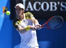 El tenista británico Andy Murray comenzó el martes su andadura hacia un segundo trofeo consecutivo del Grand Slam con un aplastante 6-3, 6-1 y 6-3 sobre el holandés Robin Haase que le metió en segunda ronda del Abierto de Australia, al igual que el suizo, Roger Federer que se impuso sin problemas al francés Benoit Paire. En la imagen, de 15 de enero, el británico Andy Murray en su primer partido en el Abierto de Australia. REUTERS/Toby Melville