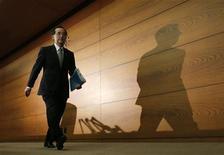 Masaaki Shirakawa, le gouverneur de la La Banque du Japon (BoJ), a déclaré mercredi que l'organisme continuerait à mettre en oeuvre une politique monétaire très accommodante au vu de la probable persistance de la faiblesse de l'économie dans les trimestres à venir. /Photo prise le 20 décembre 2012/REUTERS/Kim Kyung-Hoon