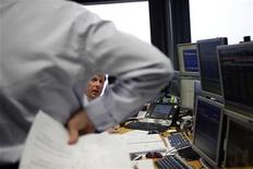 El Tesoro dijo el martes que colocó 5.755 millones en Letras, por encima de un objetivo total de 5.500 millones de euros, en un clima financiero relativamente favorable para la deuda periférica del euro. En la imagen, unos operadores conversan durante una subasta de bonos en Madrid, el 10 de enero de 2013. REUTERS/Susana Vera