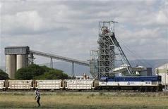 Mine d'Anglo American Platinum (Amplats) à Rustenburg, au nord-ouest de Johannesbourg. Le premier producteur mondial de platine a annoncé mardi la suppression de 14.000 emplois dans ses mines en Afrique du Sud, au risque de provoquer de violentes grèves comme l'année dernière, quand 50 mineurs avaient péri. /Photo prise le 15 janvier 2013/REUTERS/Siphiwe Sibeko