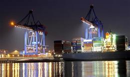 Контейнеровоз в порту Гамбурга 30 марта 2011 года. Рост ВВП Германии замедлился в прошлом году до 0,7 процента, показали предварительные данные, указав на то, что крупнейшая экономика Европы не полностью избежала влияния долгового кризиса. REUTERS/Fabian Bimmer