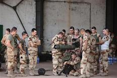 Soldados franceses participaram de treinamento em base aérea de Bamako, em Mali, na segunda-feira. 14/01/2013 REUTERS/Joe Penney