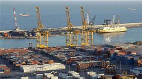 La valoración de España en el exterior, que tanto le ha perjudicado en los mercados financieros y en la UE el pasado año, ha mejorado significativamente en Estados Unidos y ligeramente en Alemania a finales de 2012, según una encuesta difundida el martes. En la imagen, vista general de la terminal de carga del puerto de Barcelona, el 11 de enero de 2013. REUTERS/Albert Gea