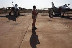Un soldado francés parado en medio de dos aviones Mirage F1 en la base militar del Ejército de Mali en Bamako, ene 14 2013. Rebeldes islamistas vinculados con Al Qaeda lanzaron el lunes una contraofensiva después de tres días de bombardeos por parte de cazas franceses sobre sus bastiones en el desértico norte de Mali, prometiendo arrastrar a Francia a una guerra larga y brutal. REUTERS/Joe Penney