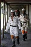 Un grupo de mineros caminan tras culminar su turno en la planta Khuseleka de Anglo American Platinum en Rustenburg, Sudáfrica, ene 15 2013. Anglo American Platinum, la mayor productora mundial de platino, dijo que suspenderá dos operaciones en Sudáfrica y se desprenderá de una tercera, en un plan que incluye recortar 14.000 empleos y que amenaza con desatar huelgas como las del año pasado donde murieron unas 50 personas. REUTERS/Siphiwe Sibeko