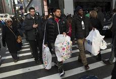 Imagen de archivo de un grupo de personas con bolsas con compras en la zona comercial de Herald Square en Nueva York, dic 24 2012. Las ventas minoristas de Estados Unidos subieron sólidamente en diciembre debido a que los estadounidenses desestimaron la amenaza de mayores impuestos y compraron automóviles y una serie de otros bienes, lo que sugiere un impulso en el gasto del consumidor hacia fines del 2012. REUTERS/Keith Bedford