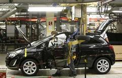 Imagen de archivo de un trabajador en una planta de Opel en Eisenach, Alemania, ene 10 2013. La economía alemana fue severamente impactada por la crisis de la zona euro en el último trimestre del año pasado, al registrar la peor contracción en casi tres años por una desaceleración de la inversión y de unas exportaciones tradicionalmente sólidas, dijo el martes la Oficina de Estadísticas. REUTERS/Lisi Niesner