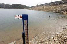 Vista da marca d'água no lago da represa hidrelétrica de Furnas em Mina Gerais. Os reservatórios de usinas hidrelétricas da região Nordeste apresentaram uma leve recuperação, subindo de 29,33 por cento no domingo para 29,62 por cento na segunda-feira, segundo dados do Operador Nacional do Sistema Elétrico (ONS). 14/01/2013 REUTERS/Paulo Whitaker