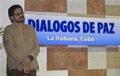 El jefe negociador de las FARC, Iván Márquez, junto a un afiche durante los diálogos de Paz con el Gobierno colombiano en La Habana, ene 15 2013. La guerrilla de las FARC exigió el martes la presencia del ministro de Agricultura de Colombia en el diálogo de paz, algo que ve trascendente para aclarar el compromiso del Gobierno en las demandas agrarias puestas sobre la mesa dentro de la búsqueda de una salida negociada al conflicto armado interno. REUTERS/Enrique De La Osa