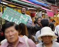 Торговец рекламирует свои товары на токийском рынке 27 сентября 2012 года. Уверенность потребителей Японии слегка снизилась в декабре 2012 года - они остаются осторожными, несмотря на ряд данных, указывающих на то, что экономика страны достигла дна. REUTERS/Kim Kyung-Hoon