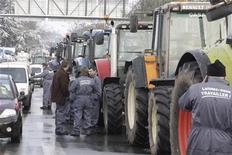 Manifestation d'agriculteurs mardi, près d'Arras. Des agriculteurs ont manifesté mercredi à Paris et dans plusieurs villes pour protester contre la transposition dans le droit français d'une directive européenne sur l'environnement. /Photo prise le 15 janvier 2013/REUTERS/Pascal Rossignol