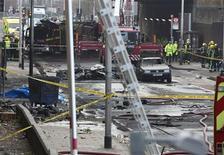 Serviço de Emergência atua no local onde um helicóptero caiu em Vauxhall, Londres. 16/01/2013 REUTERS/Neil Hall