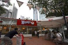 Le bénéfice trimestriel de Wendy's, la deuxième chaîne de hamburgers américaine, a augmenté grâce à de nouveaux produits et à une refonte des restaurants. Le bénéfice net tiré des opérations poursuivies ressort à 22,4 millions de dollars, soit 6 cents par action, au quatrième trimestre contre 3,98 millions (1 cent) un an auparavant. /Photo d'archives/REUTERS/Drew Fritz