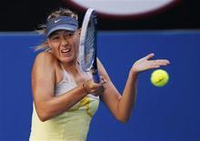 La Russe Maria Sharapova s'est qualifiée mercredi pour le troisième tour de l'Open d'Australie en dominant la Japonaise Misaki Doi 6-0 6-0. Il s'agissait du deuxième match consécutif remporté par la numéro deux mondiale sur ce même score, une performance qu'aucune joueuse n'avait réalisé dans un tournoi du Grand Chelem depuis 28 ans. /Photo prise le 16 janvier 2013/REUTERS/David Gray