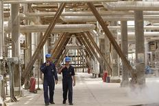 Funcionários iraquianos caminham pela refinaria al-Doura, em Bagdá, em abril de 2012. A Opep prevê que a demanda pelo petróleo produzido pelo grupo seja menor do que o esperado em 2013 por conta de uma maior oferta dos países produtores. 09/04/2012 REUTERS/Mohammed Ameen