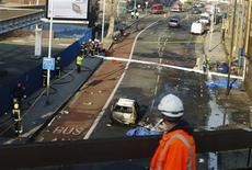 Un vehículo dañado tras la caída de un helicópetero en Vauxhall, Inglaterra, ene 16 2013. Un helicóptero se estrelló el miércoles contra una grúa situada en el centro de Londres sobre uno de los bloques residenciales más altos de Europa, causando la muerte de dos personas después de que la nave estallara en llamas. REUTERS/Olivia Harris