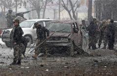 Forças de segurança do Afeganistão investigam local de explosão de um carro-bomba em Cabul. Seis homens-bomba lançaram um ataque coordenado contra a agência de espionagem do Afeganistão nesta quarta-feira, matando pelo menos duas pessoas e ferindo outras 22, disseram autoridades afegãs. 16/01/2013 REUTERS/Mohammad Ismail