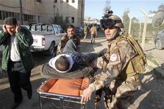 Homem ferido é transportado em maca após explosão de ataque suicida em Kirkuk, a 250 km de Bagdá. 16/01/2013 REUTERS/Ako Rasheed