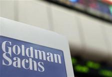 Foto de archivo del logo de Goldman Sachas en la bolsa de Nueva York, abr 16 2012. Goldman Sachs Group Inc dijo que sus ganancias casi se triplicaron en el cuarto trimestre del 2012, impulsadas por el rendimiento de sus activos en acciones y bonos, una mejora de los ingresos por comisiones y un menor gasto en las compensaciones. REUTERS/Brendan McDermid