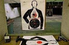 """Изрешеченная пулями мишень в стрелковом центре Сарасоты во Флориде, США 11 января 2013 года. Аслан Усоян по прозвищу Дед Хасан, которого пресса называла """"вором в законе"""", а правоохранительные органы - замешанным в криминале, застрелен снайпером в центре Москвы в среду, после двух покушений в предыдущие годы. REUTERS/Brian Blanco"""