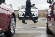 El Gobierno estudia una prórroga para los incentivos públicos a la compra de un coche nuevo después de fin de las ayudas del plan PIVE el pasado 11 de enero, dijo el ministro de Industria, Energía y Turismo, José Manuel Soria. En la imagen de archivo, un operador comprueba unos coches sin vender en Burgos, el 2 de noviembre de 2011. REUTERS/Félix Ordóñez