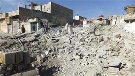 Un grupo de residentes observan edificios dañados por un presunto jet de la Fuerza Aérea Siria en Daraya, ene 16 2013. Tres coches bomba explotaron el miércoles con apenas minutos de diferencia en el noroeste de Siria, causando la muerte de al menos 24 personas en un ataque coordinado sobre posiciones del Gobierno, dijo un grupo activista. REUTERS/Kenan Al-Derani/Shaam News Network/Handout Imagen para uso no comercial, ni ventas, ni archivos. Solo para uso editorial. No para su venta en marketing o campañas publicitarias. Esta imagen fue entregada por un tercero y es distribuida, exactamente como fue recibida por Reuters, como un servicio para clientes. NOTA DE EDITOR: Reuters no puede confirmar de forma independiente el contenido del video de dónde se extrajo esta imagen.