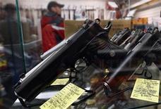 Витрина с семипатронными пистолетами 45-го калибра в магазине компании Coliseum Gun Traders Ltd. в Юниондейле, штат Нью-Йорк, 16 января 2013 года. Президент Барак Обама дал старт самой масштабной в истории США инициативе ужесточения контроля над огнестрельным оружием у граждан, призвав Конгресс одобрить запрет на продажу штурмового оружия и разрешить проверить всех покупателей для предотвращения участившихся массовых расстрелов наподобие бойни в коннектикутской школе. REUTERS/Shannon Stapleton