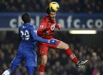 Duel aérien entre l'attaquant sénégalais de Chelsea Demba Ba (à gauche) et le défenseur japonais de Southampton Maya Yoshida, mercredi à Stamford Bridge. Cette rencontre en retard de la 17e journée de Premier League s'est soldée par un match nul surprise (2-2), Southampton remontant deux buts de retard sur le club londonien. /Photo prise le 16 janvier 2013/REUTERS/Dylan Martinez