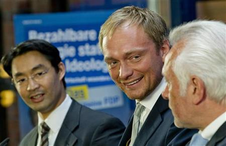 The leader of the liberal Free Democratic Party (FDP), Economy Minister Philipp Roesler (L), and party colleagues Christian Lindner (C) and Wolfgang Kubicki attend a news conference about the election successes in their respective states North-Rhine Westphalia (NRW) and Schleswig-Holstein at the FDP headquarters in Berlin, May 14, 2012. REUTERS/Thomas Peter (GERMANY - Tags: POLITICS)