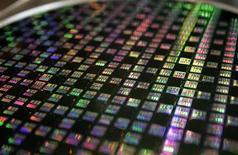 Fort de sa prédominance technologique dans les matériels mobiles, Taiwan Semiconductor Manufacturing Co (TSMC) a vu son bénéfice net augmenter de 32% au quatrième trimestre. /Photo d'archives/REUTERS/Richard Chung