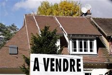 Les prix de l'immobilier devraient baisser de 5% en France cette année et l'an prochain, la hausse du chômage et de la fiscalité pesant sur la confiance des consommateurs, selon les économistes de l'agence de notation Standard and Poor's. /Photo d'archives/REUTERS/Charles Platiau