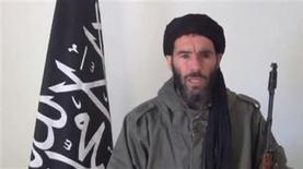 Veinticinco rehenes extranjeros, entre ellos dos japoneses, escaparon el jueves de una planta de gas en pleno desierto argelino en la que decenas de extranjeros y argelinos fueron capturados por un grupo de yihadistas armados que exigen el final de la operación militar francesa en el vecino Mali, dijo una fuente argelina de seguridad. Imagen de Mojtar Belmojtar, identificado por el Ministerio argelino del Interior como el líder del grupo integrista que protagonizó el asalto, en un vídeo sin fechar distribuido por la Brigada Belmojtar y obtenido por Reuters el 16 de enero. REUTERS/Brigada Belmojtar/Handout