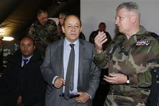 Le ministre de la Défense Jean-Yves Le Drian et le général Bertrand Ract Madoux, chef d'état-major de l'armée de terre, à Vincennes, près de Paris, pour le lancement de la huitième campagne de recrutement de l'armée de terre. L'objectif est de recruter 10.000 jeunes en 2013. /Photo prise le 17 janvier 2013/REUTERS/Benoît Tessier