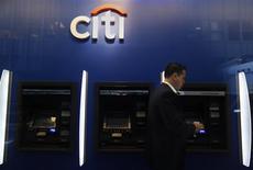 Citigroup affiche un bénéfice trimestriel net en hausse à 1,2 milliard de dollars, grevé par 2,32 milliards de dollars de charges exceptionnelles liées à des licenciements et des poursuites judiciaires. /Photo d'archives/REUTERS/Carlo Allegri