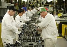 El número de estadounidenses que realizaron nuevas solicitudes de subsidios por desempleo cayó a un mínimo nivel en cinco años la semana pasada, una señal de esperanza para el vacilante mercado laboral. En la imagen de archivo, una línea de ensamblaje de motores en una planta de Honda en Ohio, el 11 de octubre de 2012. REUTERS/Paul Vernon