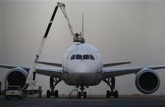 Механик авиакомпании All Nippon Airways обслуживает самолет Boeing 787 Dreamliner в токийском аэропорту Ханеда 16 января 2013 года. Американские, европейские, японские и индийские авиакомпании приостановили полеты новейшего лайнера от Boeing Co после того, как в среду неполадки с электрооборудованием заставили один из самолетов совершить вынужденную посадку. REUTERS/Toru Hanai