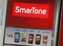 Foto de archivo de una serie de smartphones 4g en una tienda de la cadena SmarTone en Hong Kong, oct 24 2012. La tienda del futuro ha llegado, y amenaza con dejar atrás a los que no adoptan las nuevas tendencias que dictan los avances tecnológicos. REUTERS/Bobby Yip