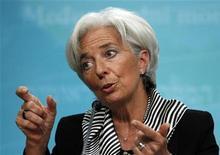 Глава МВФ Кристин Лагард выступает на пресс-конференции в Вашингтоне 17 января 2013 года. Нации всего мира должны выполнять обещания, касающиеся бюджета и реформ, особенно США и Европа, чтобы уменьшить неопределенность, мешающую росту, сказала в четверг глава Международного валютного фонда, отметив, что мировая экономика едва избежала аварии в прошлом году. REUTERS/Gary Cameron