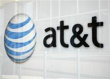T&T advirtió el jueves de que tendrá un cargo en el cuarto trimestre de alrededor de 10.000 millones de dólares relacionados a su plan de pensiones y dijo que los resultados se verían golpeados por unos costos mayores a los esperados en teléfonos inteligentes y daños debido a la tormenta Sandy. En la imagen, vista de una tienda de AT&T en Broomfield, Colorado, el 20 de abril de 2011. REUTERS/Rick Wilking