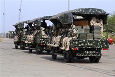 Militaires nigérians s'apprêtant à rejoindre le Mali, jeudi à l'aéroport de l'Etat de Kaduna, dans le nord du Nigeria. La France, qui semble engagée dans une guerre d'usure face aux rebelles islamistes au Mali, porte la responsabilité de la situation dans cette ancienne colonie en raison de son soutien aux insurgés en Libye et en Syrie, a estimé Marine Le Pen vendredi sur France Info. /Photo prise le 18 janvier 2013/REUTERS/Afolabi Sotunde