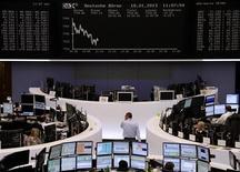 En Bourse de Francfort. Les Bourses européennes évoluaient en ordre dispersé à mi-séance, les investisseurs étant partagés entre des indicateurs macro-économiques - américains et chinois - plutôt encourageants et des inquiétudes au sujet des résultats d'entreprise, alimentées par les prévisions jugées décevantes d'Intel. Vers 11h45 GMT, le CAC 40 à Paris avançait de 0,11%, le Dax cédait 0,16% et le FTSE prenait 0,52% mais l'indice paneuropéen EuroStoxx 50 perdait 0,07%. /Photo prise le 18 janvier 2013/REUTERS/Remote/Janine Eggert