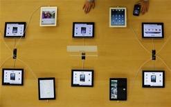 Sharp casi ha detenido la producción de pantallas de 9,7 pulgadas para el iPad de Apple, dijeron dos fuentes, ya que ha habido un cambio de demanda hacia el iPad mini, más pequeño. En la imagen, dispositivos iPad de Apple en una tienda en Tokio, el 18 de enero de 2013. REUTERS/Kim Kyung-Hoon