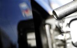 Бензин вытекает из заправочного пистолета на АЗС в Альтадене, штат Калифорния, 24 марта 2012 года. Цены на нефть снижаются в пятницу, прибавив накануне более $1 за баррель на фоне освобождения заложников в Алжире, но, скорее всего, вырастут за неделю при поддержке хорошей экономической статистики Китая и США. REUTERS/Mario Anzuoni