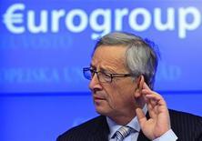Премьер-министр Люксембурга и глава Еврогруппы Жан-Клод Юнкер на пресс-конференции после заседания Еврогруппы в Брюсселе 13 декабря 2012 года. Министры финансов еврозоны обсудят в понедельник, какие банки можно поддерживать напрямую из фонда помощи блока. REUTERS/Yves Herman