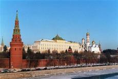 Вид на московский Кремль 29 января 1996 года. Федеральный бюджет РФ в 2012 году был исполнен с дефицитом 12,8 миллиарда рублей, или 0,02 процента ВВП, сообщил Минфин РФ. REUTERS/Tom Szlukovenyi