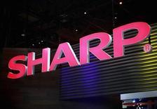 Foto de archivo del logo de Sharp en la Feria de Consumo Electrónico de Las Vegas, ene 8 2013. Sharp prácticamente ha detenido su producción de pantallas de 9,7 pulgadas para el iPad de Apple, dijeron dos fuentes, debido a un cambio en la demanda en favor del modelo llamado iPad mini, de menor tamaño. REUTERS/Rick Wilking