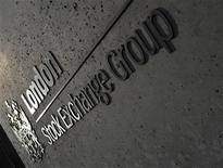 Логотип Лондонской фондовой биржи 11 апреля 2011 года. Один из организаторов IPO частного железнодорожного оператора Нефтетранссервиса оценивает компанию в $1,4-1,8 миллиарда, сообщил Рейтер источник на финансовом рынке. REUTERS/Toby Melville