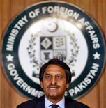 Foto de archivo de Jalil Jilani, secretario de Relaciones Exteriores pakistaní, en una conferencia de prensa en Islamabad, mayo 23 2005. - Pakistán planea liberar a todos los prisioneros talibanes afganos que mantiene detenidos, incluyendo al ex segundo al mando del grupo militante, dijo el viernes un funcionario, en la señal más clara de que Islamabad respalda los esfuerzos de reconciliación con los fundamentalistas islámicos. REUTERS/Mian Khursheed